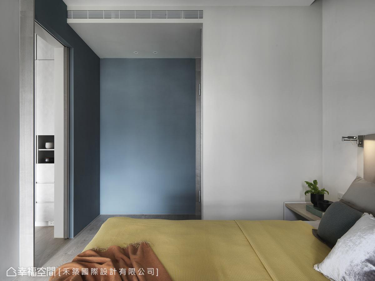 以皇家藍為底,黃色軟裝為輔,構成和諧畫面,展現靜中有動的豐富內蘊。