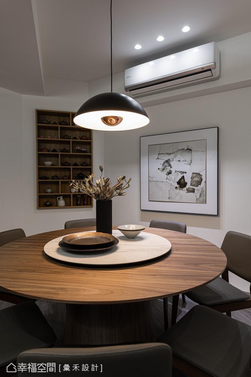 餐廳背牆安排小型展示櫃,陳列屋主的茶壺收藏,使其化為藝術品,為空間增添人文韻味。