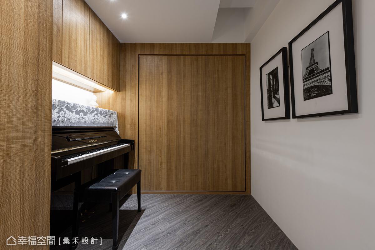 僅簡單配置少量收納及鋼琴維繫簡約俐落觀感,消弭小空間帶來的壓迫感。
