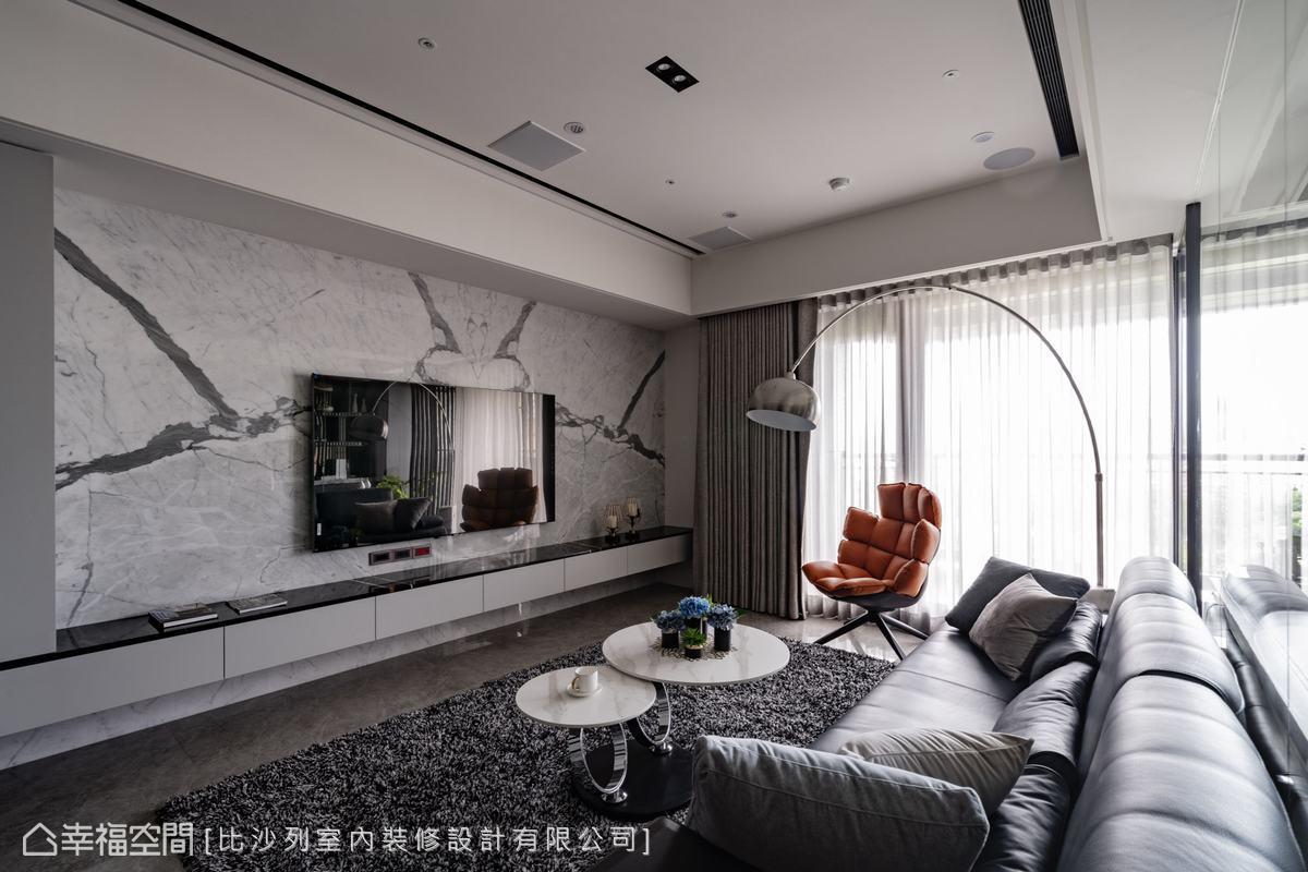 電視櫃懸浮不落地,展現輕盈俐落視覺,設計師預先安排好櫃體位置在鋪排大理石,有效減少剩料產生。