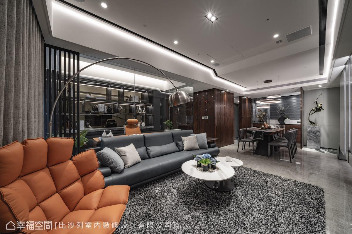 客廳後方的書房以玻璃為隔,客餐廳之間亦緊密串連,通透無阻的視線放大空間感,同時增加場域間的互動性。