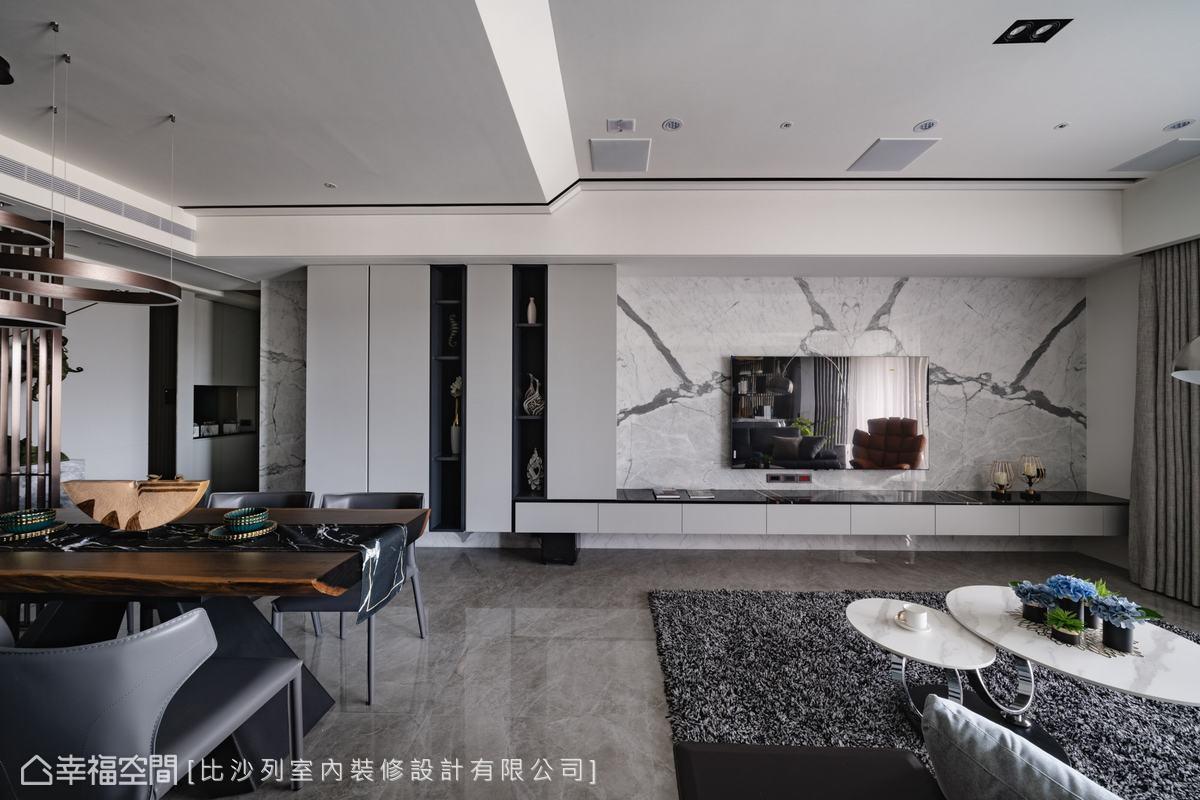 由電視牆延伸的機櫃、收納櫃,木皮噴漆與石材共塑不同深度的灰色,交錯低調層次。
