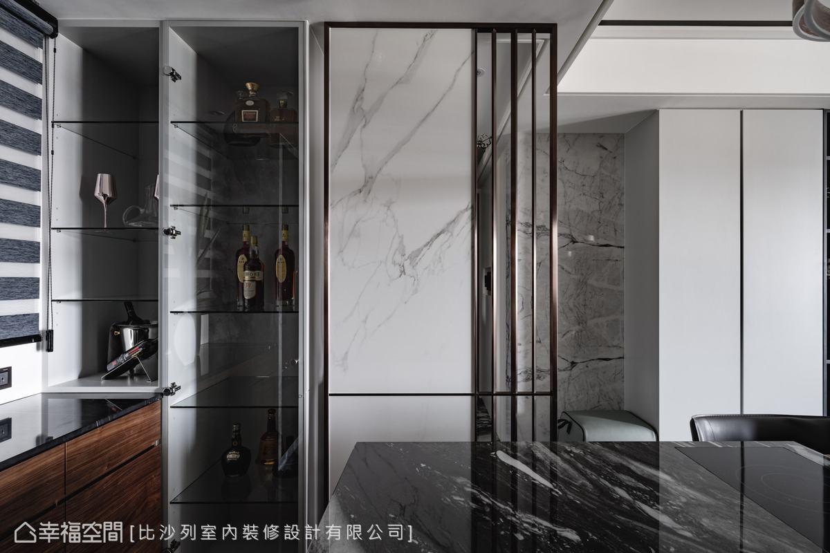 玄關與餐廳間的屏風以異材質搭接,一旁植入展示櫃置放收藏品,形成頗具質感的微奢角落。
