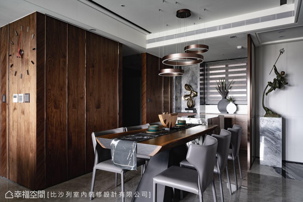 90度胡桃木牆面以直紋和斜紋拼接,並植入鍍鈦條點綴,異材質搭接營造出簡約而不簡單的質感變化。