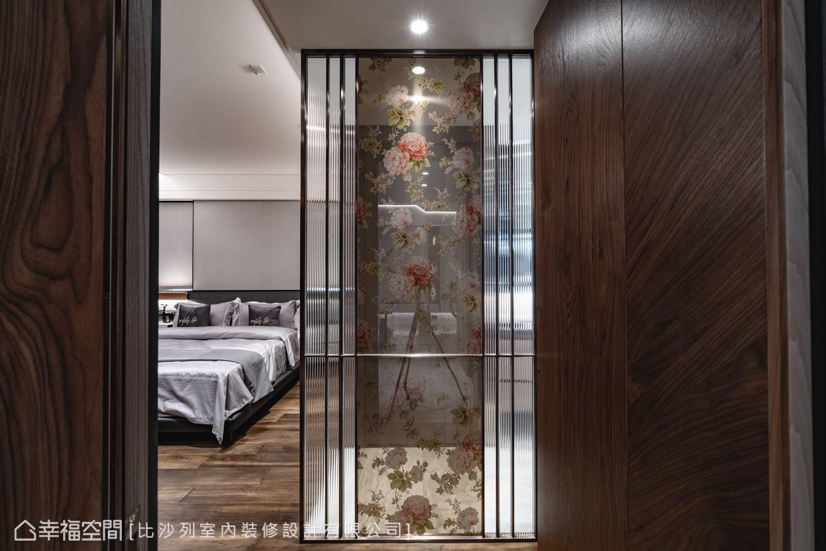 主臥以屏風作為入門的緩衝,結合鍍鈦金屬與夾紗玻璃,呈現若隱若現的優雅美感。