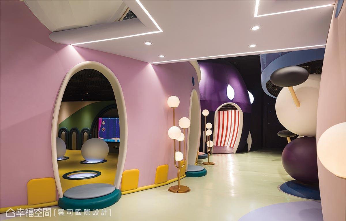 1樓以星球村莊為概念,採用三維弧度打造房屋視覺,佐以多彩色系、略微彎曲的過道,讓孩子往左往右進到各空間,增加探索樂趣。