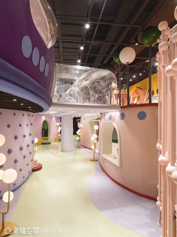 約4米高度規劃為兩層設施,穿插空中廊道、天空時而低矮時而開闊,讓室內配置更顯活潑有趣。