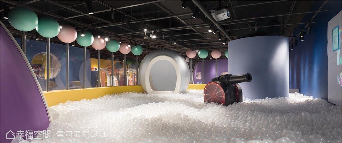 透過火箭入口直上2樓諾大球池,白色球堆如同海水翻湧產生的泡沫,孩子能在其中盡情玩耍。