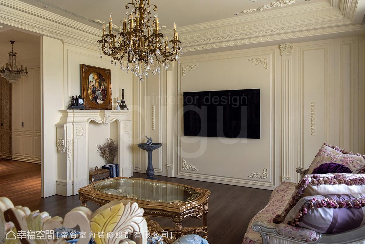 全室色彩以乳白色為基調,電視牆以壁板搭配精緻線板雕花,典雅中帶有華美表情。