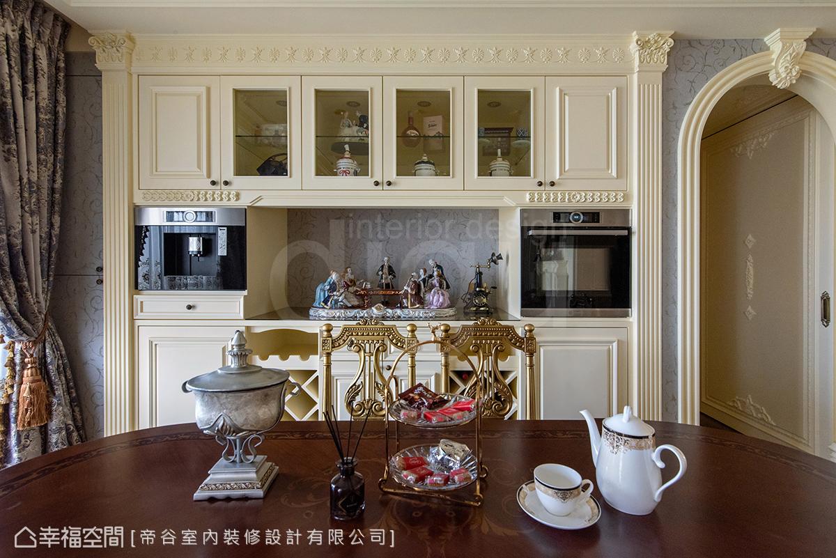 將屋主遊覽歐洲收藏的杯具展示、小酌品酩的紅酒櫃功能融入餐櫃,開放平台背景採同牆面壁紙,講究美觀也兼顧機能。