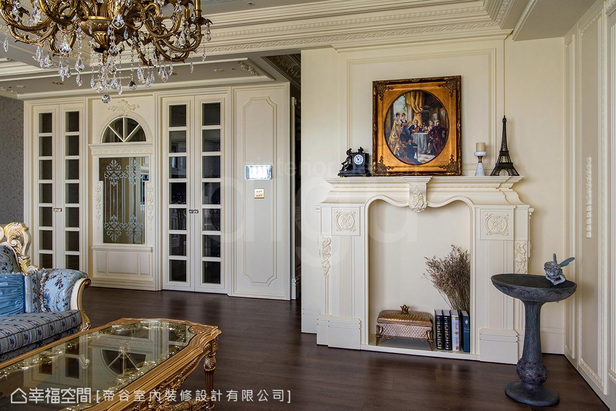 屋主喜愛壁爐帶來的氛圍與異國情調,設計師團隊在客廳一角打造經典雅緻的壁爐,成為場域亮點之一。
