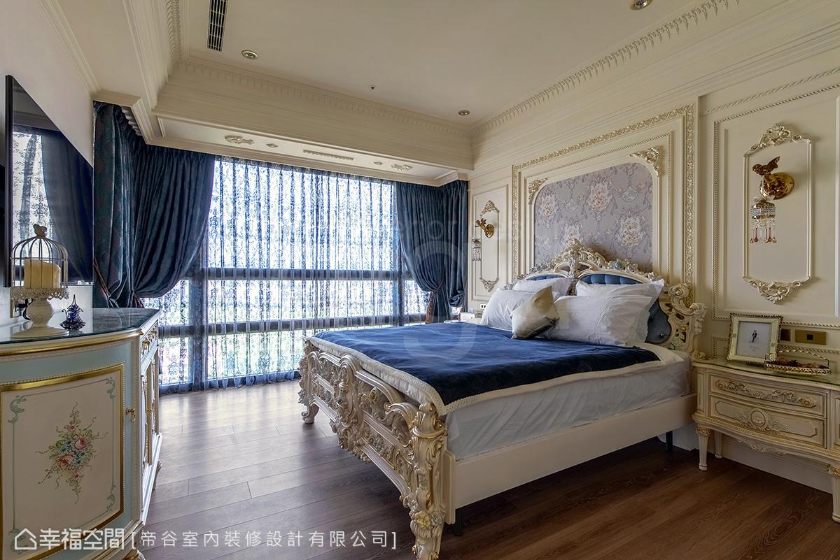 主臥房窗邊的大樑以線板層層修飾,轉移大樑過低的突兀感,順勢圍塑出睡眠區的挑高無壓感。
