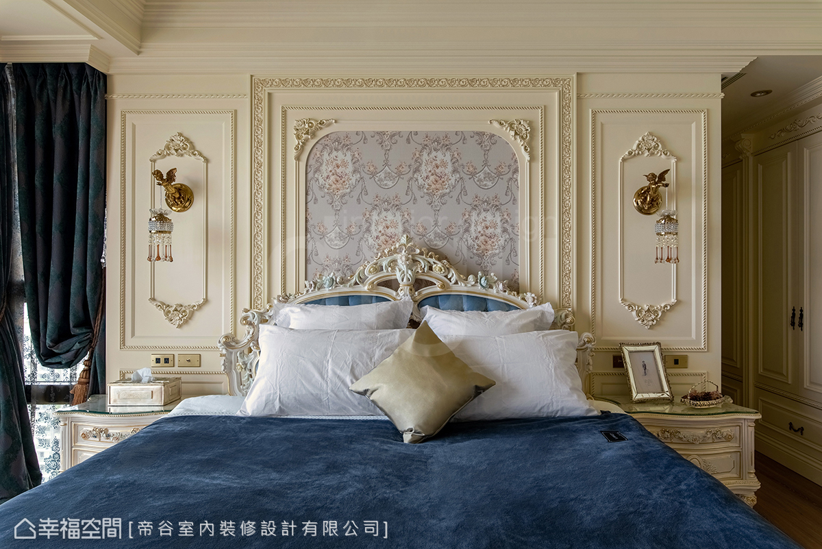 床頭主牆以壁紙拼接描金線板搭配手工床組,形塑出優雅華麗風格,佐以獨特的小天使壁燈,突顯屋主獨到品味。