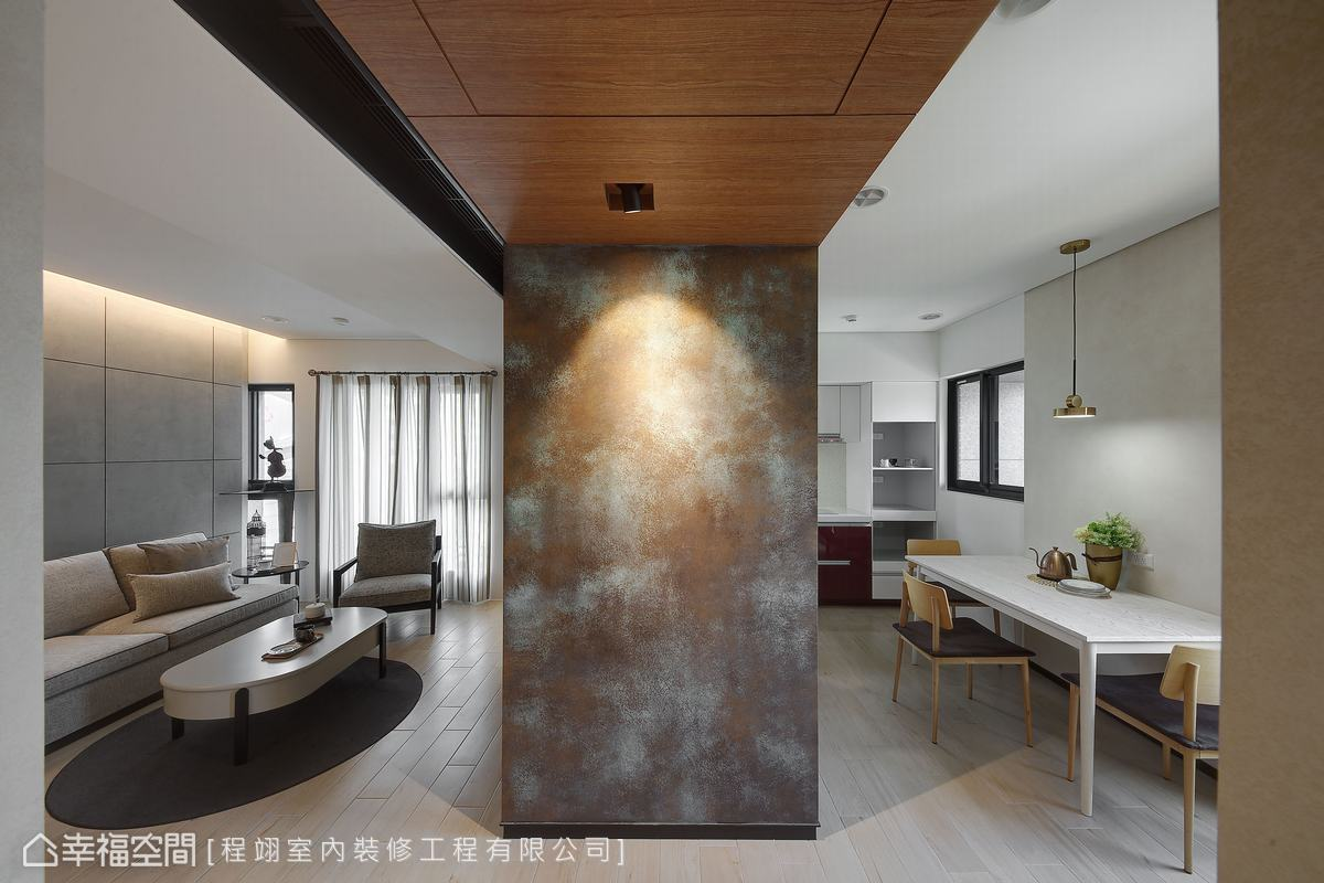 玄關端景牆面採用特殊鏽蝕漆加仿清水模漆塗佈,費時費工但創造絕佳視覺效果。