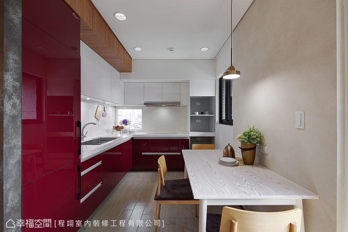 設計師採電視牆區隔客餐廳,以符合屋主需求,並運用色彩創造場域的視覺變化。