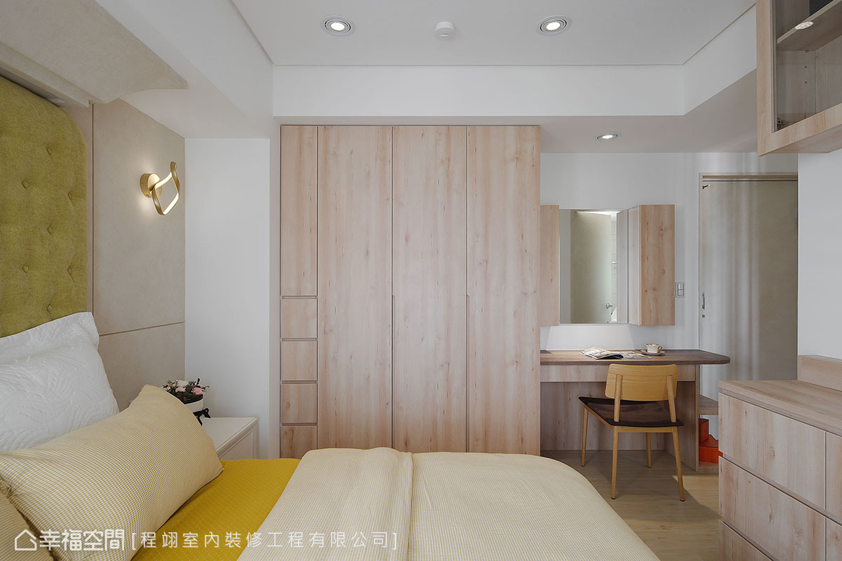 運用梁下空間置入衣物收納與化妝桌,並以清爽木色襯托出雅緻氣質。