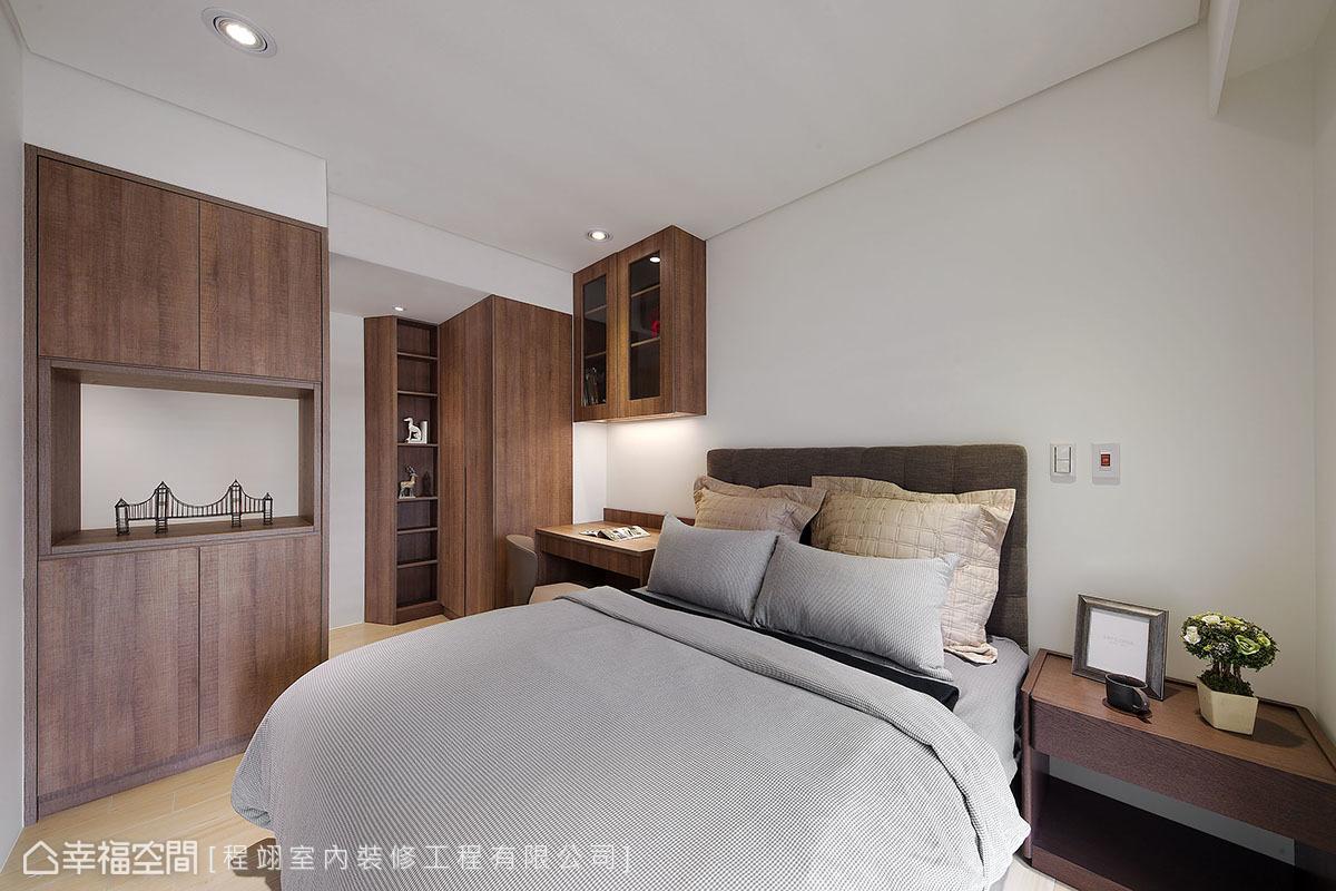 男屋主臥房設置充足收納,為了不讓空間太封閉,櫃體中央規劃平台,創造光與視覺的穿透感。