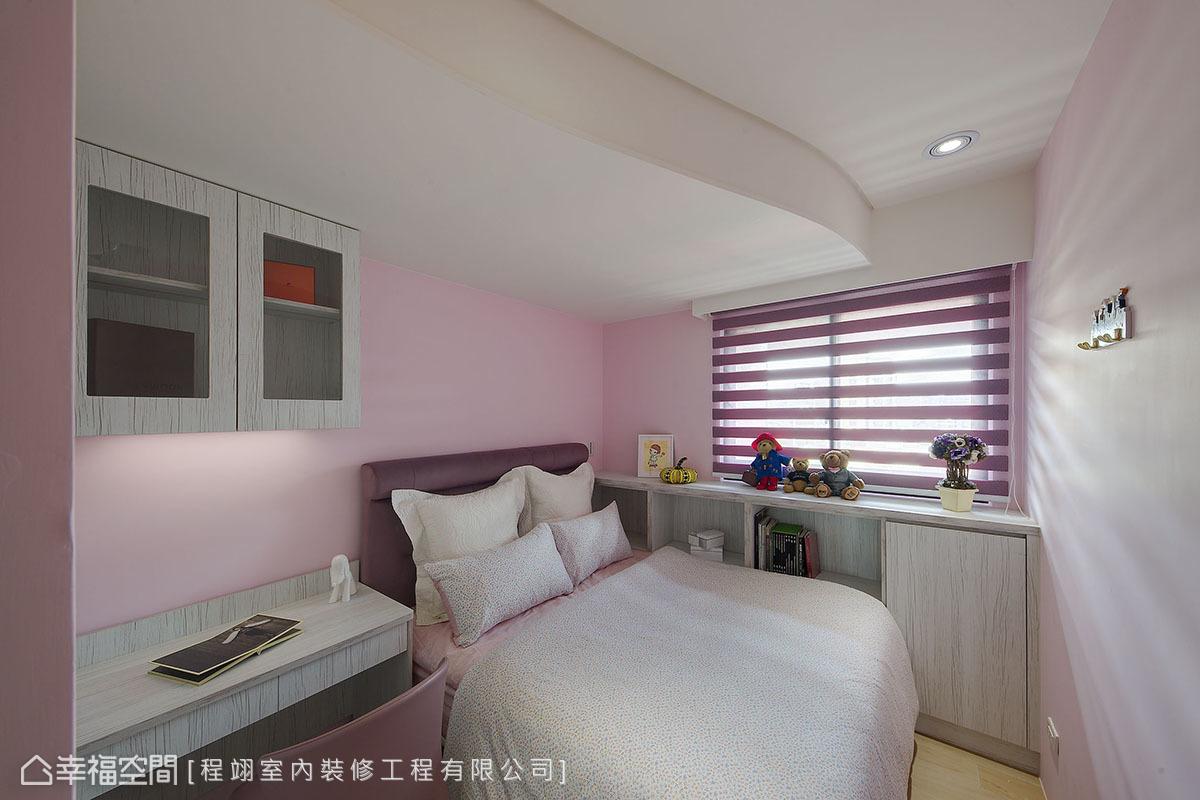 使用粉色系帶出女孩嬌柔氣息,天花亦採用弧線造型,襯出柔和的室內氛圍。
