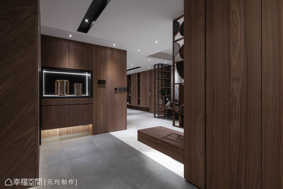 從玄關入室就感受到櫃體的胡桃木色,演繹出空間的沉穩大氣,並運用木質紋理帶來視覺變化。