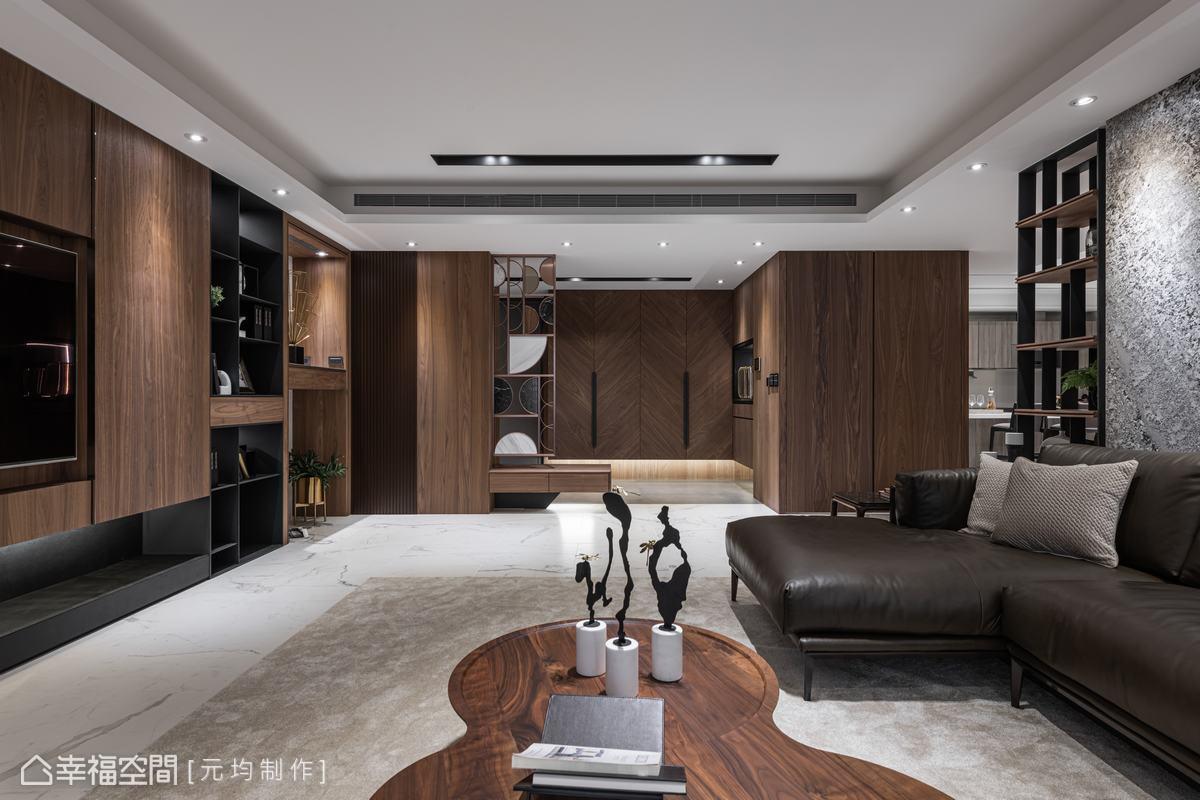 玄關鞋櫃門片運用木紋拼接出V型紋理,增添空間層次與活潑視覺。