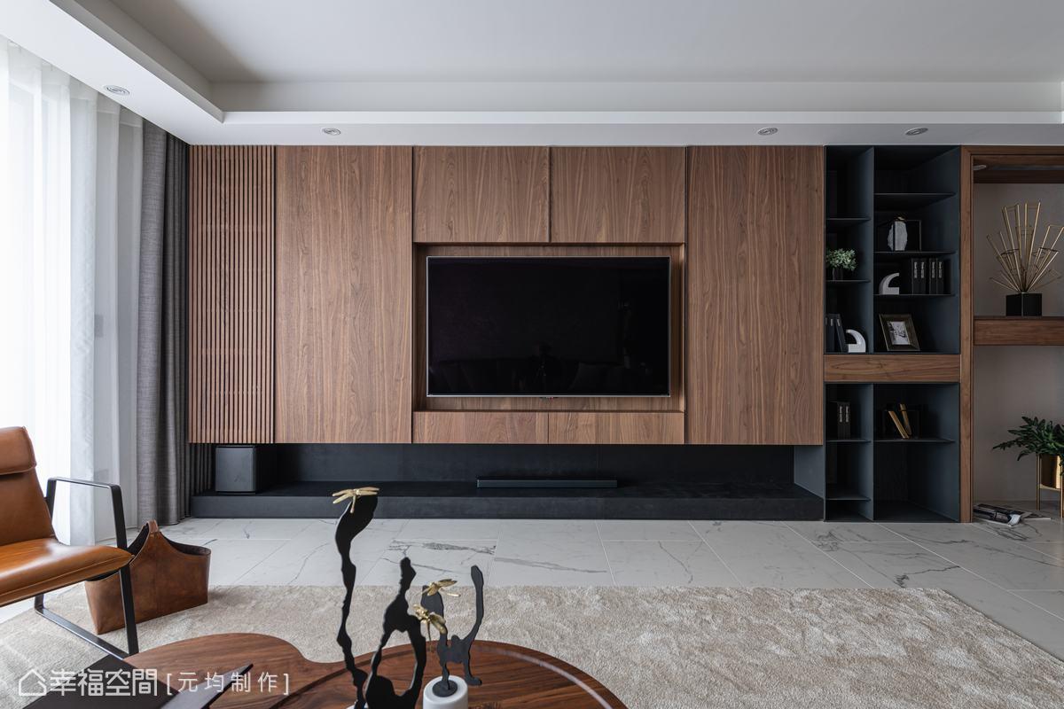 電視牆植入大量收納,並嵌入不鏽鋼金屬條當作把手,帶出俐落的分割線條感,搭配協助散熱的木格柵門片、開放櫃體與平台,創造輕盈量體。