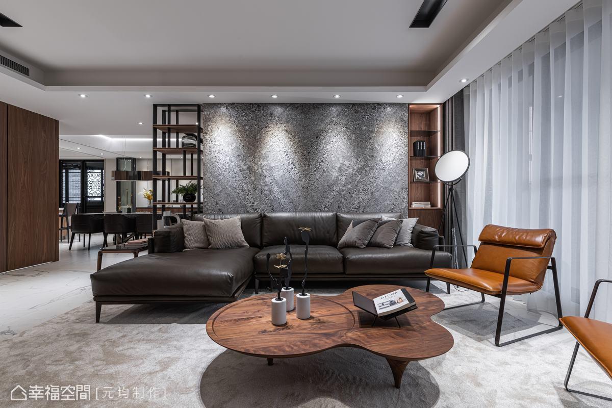 選用銀鑽大理石於沙發背牆,拼出V型拼花,象徵家運、事業蒸蒸日上。