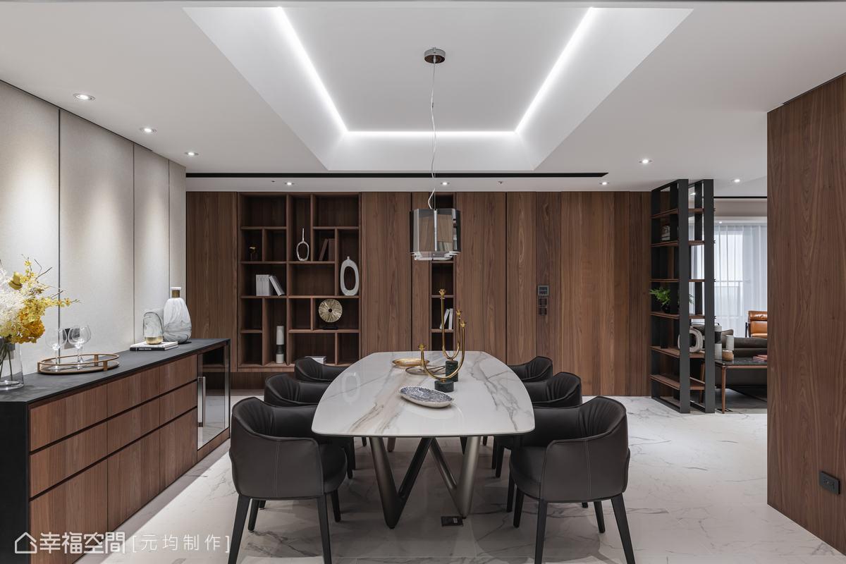 廊道整片的木作櫃體揉入臥房隱藏門,採用虛實交錯手法,拉長空間軸線並維持線條比例。