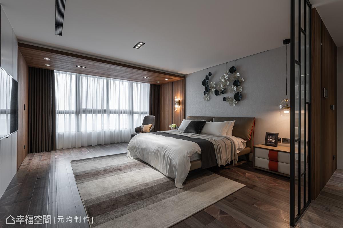 寬敞尺度下,設計師於大面開窗邊,規劃天壁連接的ㄇ字木框造型,藉由日光灑落映出木質色澤,烘托出一室暖意。