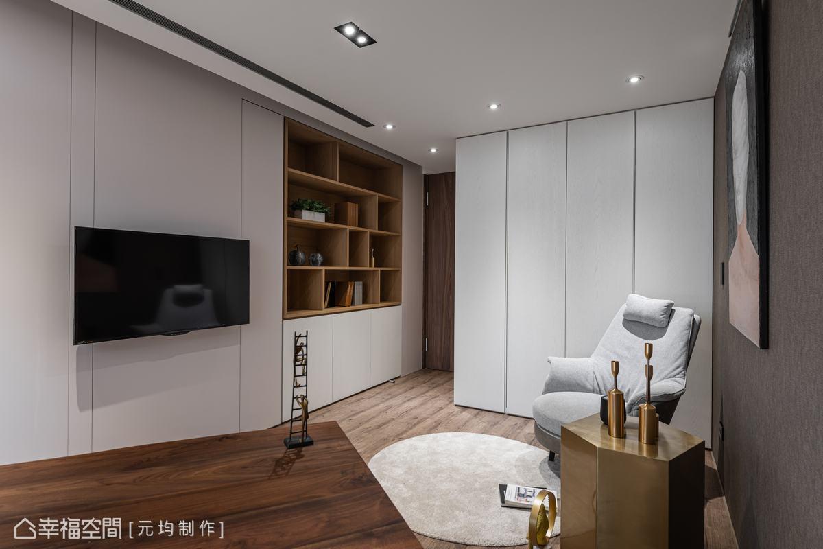進到書房,木色材質比例降低,加入淺色鋪陳場域,擺上舒適沙發單椅與圓型地毯,休閒放鬆氛圍油然而生。