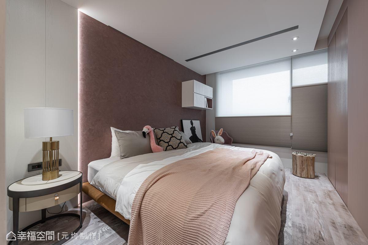 床頭牆面以乾燥玫瑰色的特殊漆鋪敘主題,與帶粉色調的蕨類圖案木地板,應和出柔美氣息。