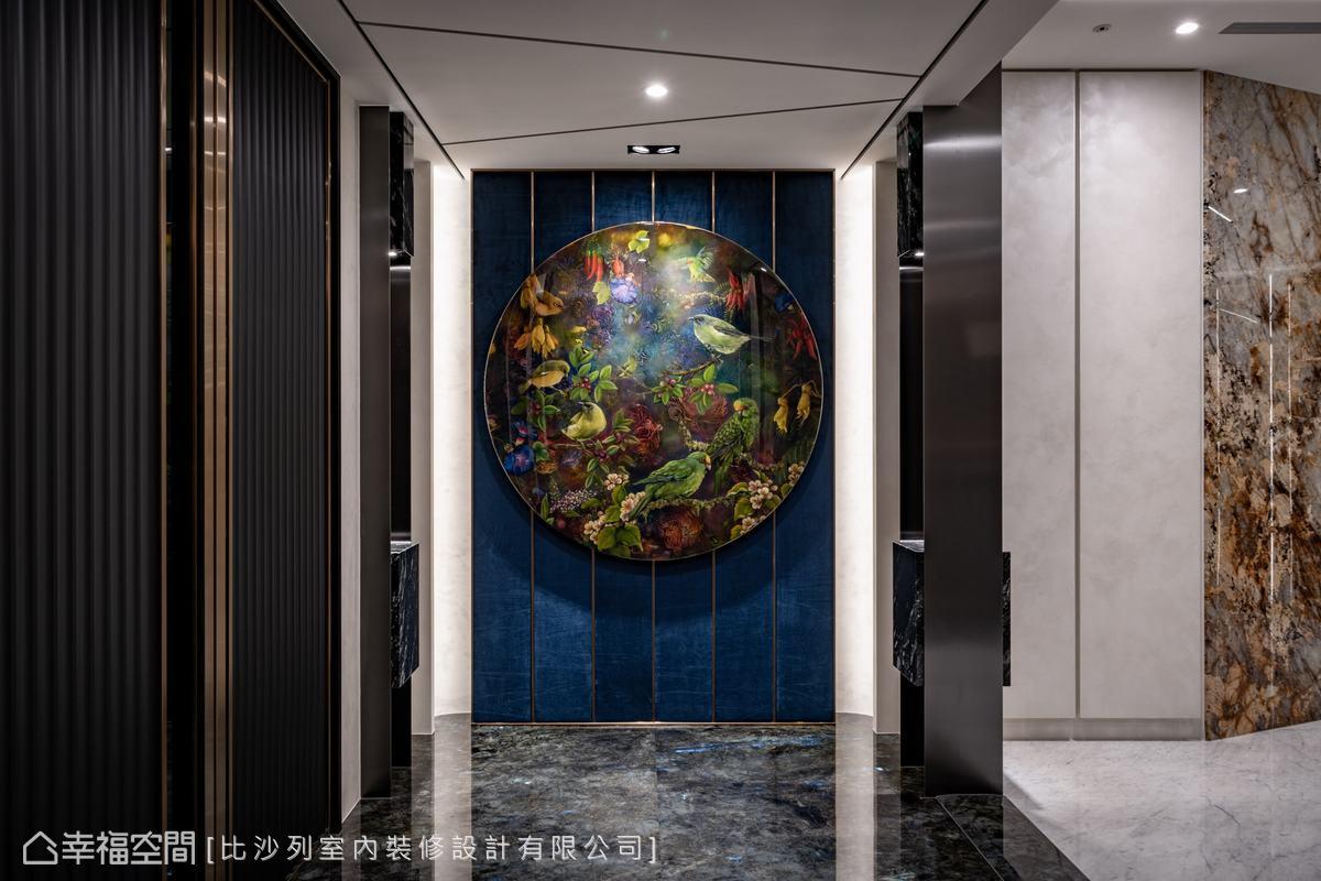 瑰麗的花崗岩地坪拓展出壯麗神秘宇宙,當中透顯的隱微藍光導引視覺聚焦於絨布底搭佐鍍鈦線條、澳洲原畫收藏的綺麗端景,揭開低調奢華序曲。