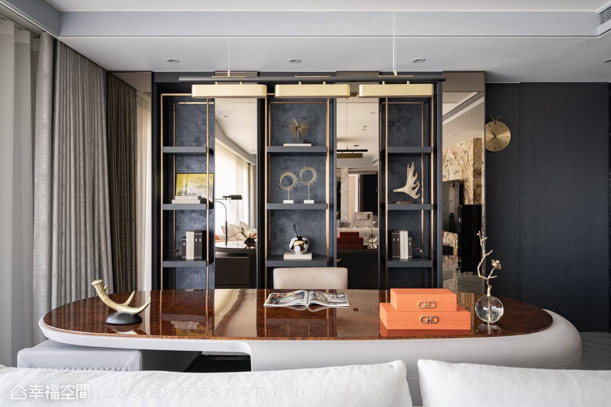 金色與黑色搭配的展示櫃點出奢華低調感,烘托出藏品的藝術韻味與獨一無而特色。