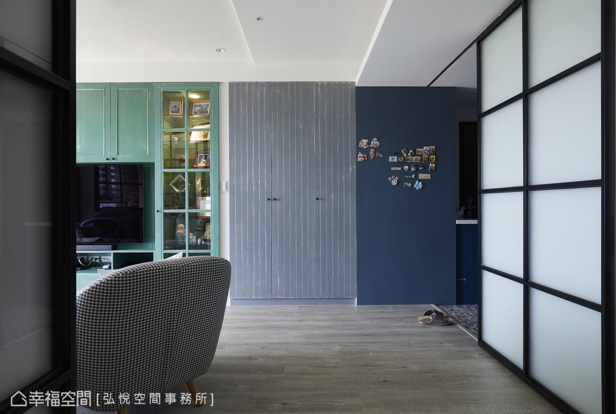 溫潤質地的空間裡,客廳主視覺牆以色塊作鋪排,銜接玄關的藍色,過渡灰色收納櫃牆色,一路延伸湖水綠電視牆,妝點明亮色彩烘托空間活潑度。
