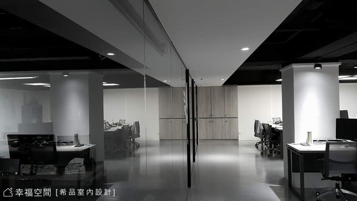 穿梭於沉斂黑灰白中,以材質表述企業創新精神 工業風 167坪