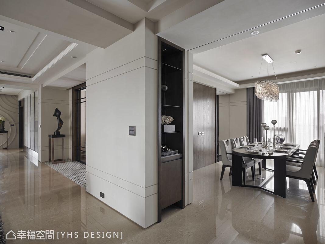 由玄關廊道進入空間,餐廳的端景櫃藏起既存的柱體,與客廳、餐廳、起居空間成田字規劃,開放式的設計營造開闊的空間感,保有靈活運用的隔間機能。