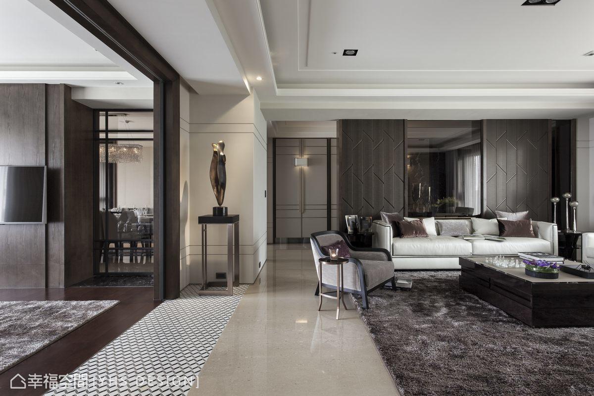 全體空間以咖啡金色打底,細膩的材質轉換與端景收邊構成內斂的貴族氣韻;沙發背牆以珍珠魚皮刻劃裝飾語彙,在自然採光的映照下,呈現質感的色澤層次。