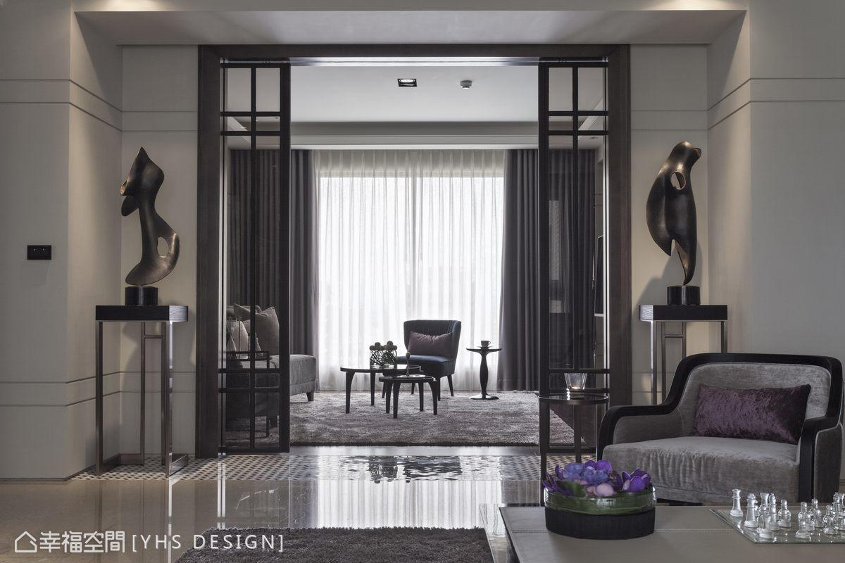 拆開原先的隔間牆,於端景雕塑之間,穿透材質的對開拉門導入自然採光,以雙客廳的會所概念,規劃自由調整的隔間形式,串起客廳與起居室的寬闊尺度。