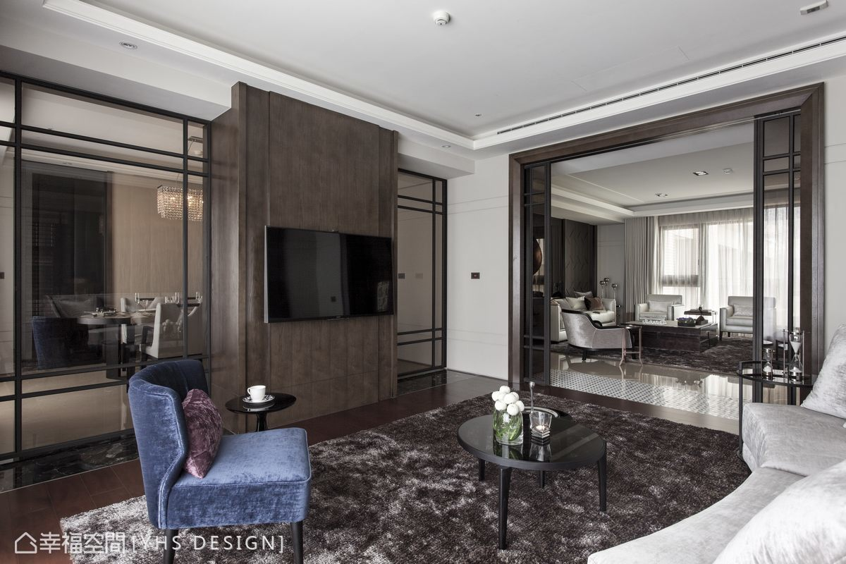 相較於客廳段落大器正式的家具配置,起居室以休閒感的弧形沙發、單椅納入較多的顏色變化,於自由的活動隔間中,成為客餐廳的緩衝與空間延伸。