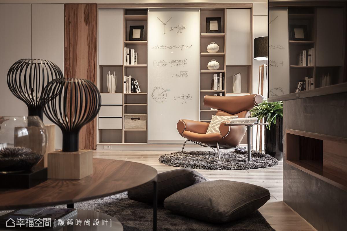 不走制式設計,以門片、抽屜為展示書櫃提供無限組合的可能性,讓謐靜的閱讀角落更添和諧而活潑的元素。