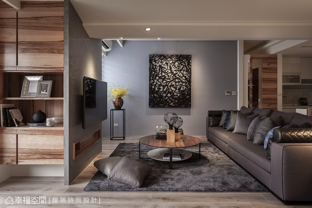 偏藍紫色的客廳主牆,帶給家居舒適慵懶的氛圍,搭配掛畫賞心悅目。