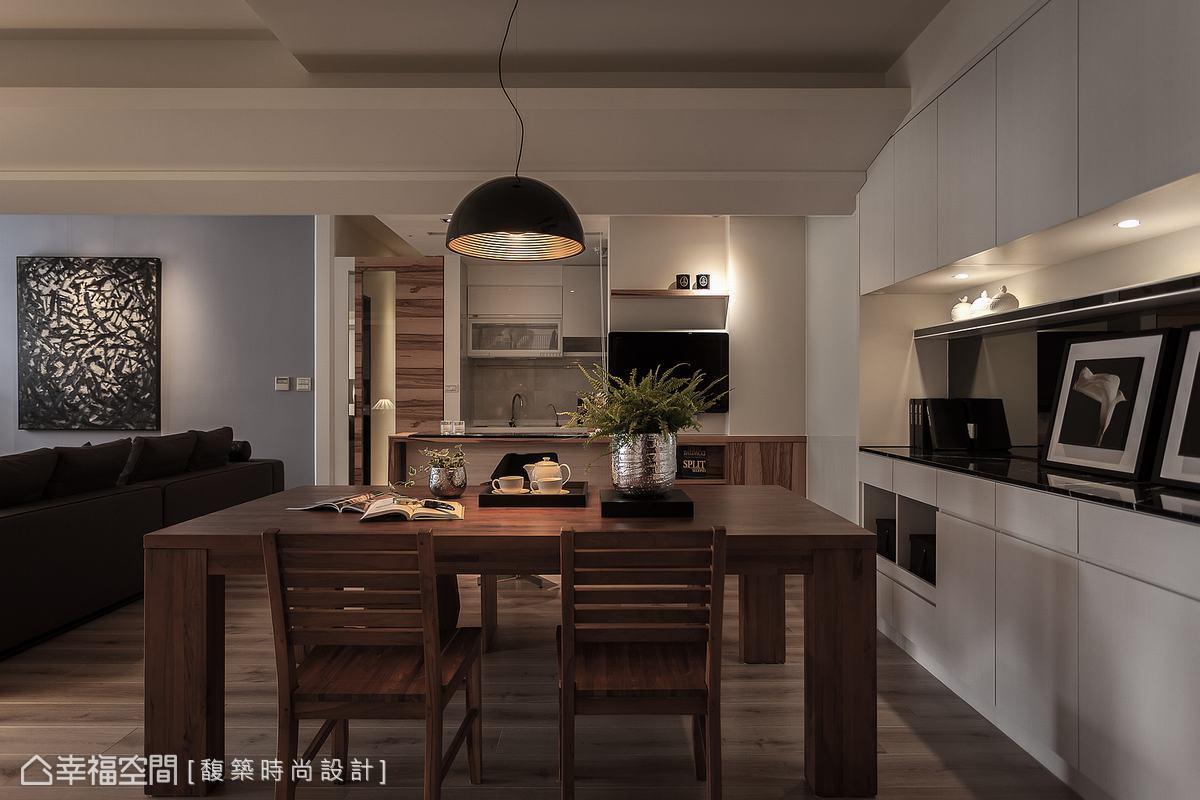 讓餐廳與收納空間緊密相連,並有小吧台讓使用者偶爾變換不同的生活高度。