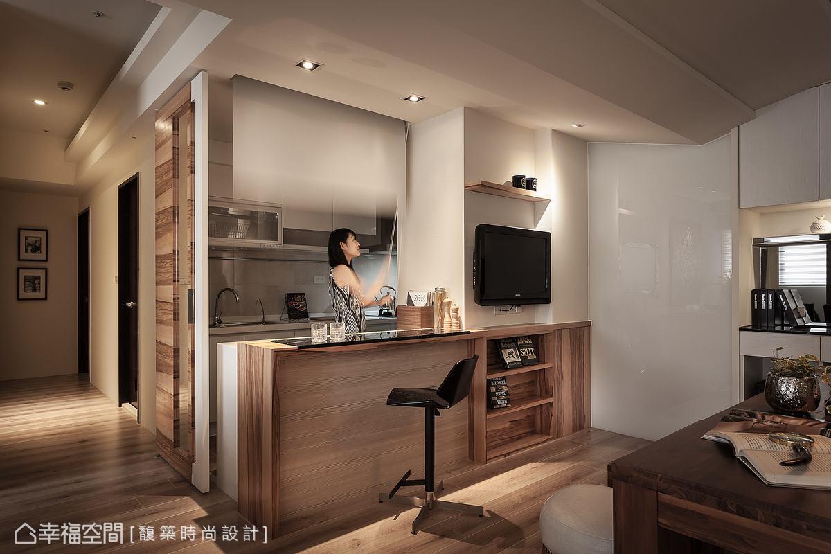 廚房的開放空間在馥築設計巧思下,以捲簾及活動門板阻隔油煙,提升使用便利性。