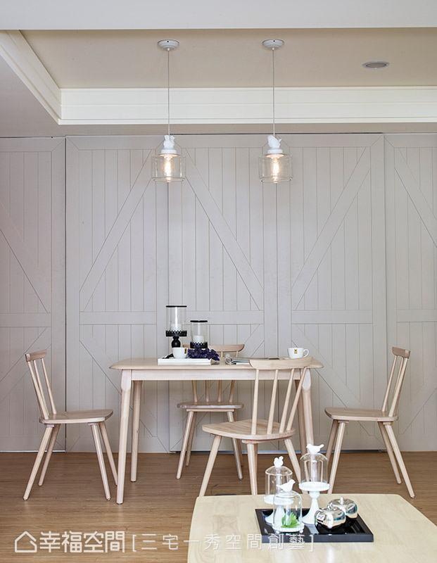 微調原先廚房與書房的隔間牆,並以穀倉門造型打造門片,形塑完整的立面視覺與主題性。