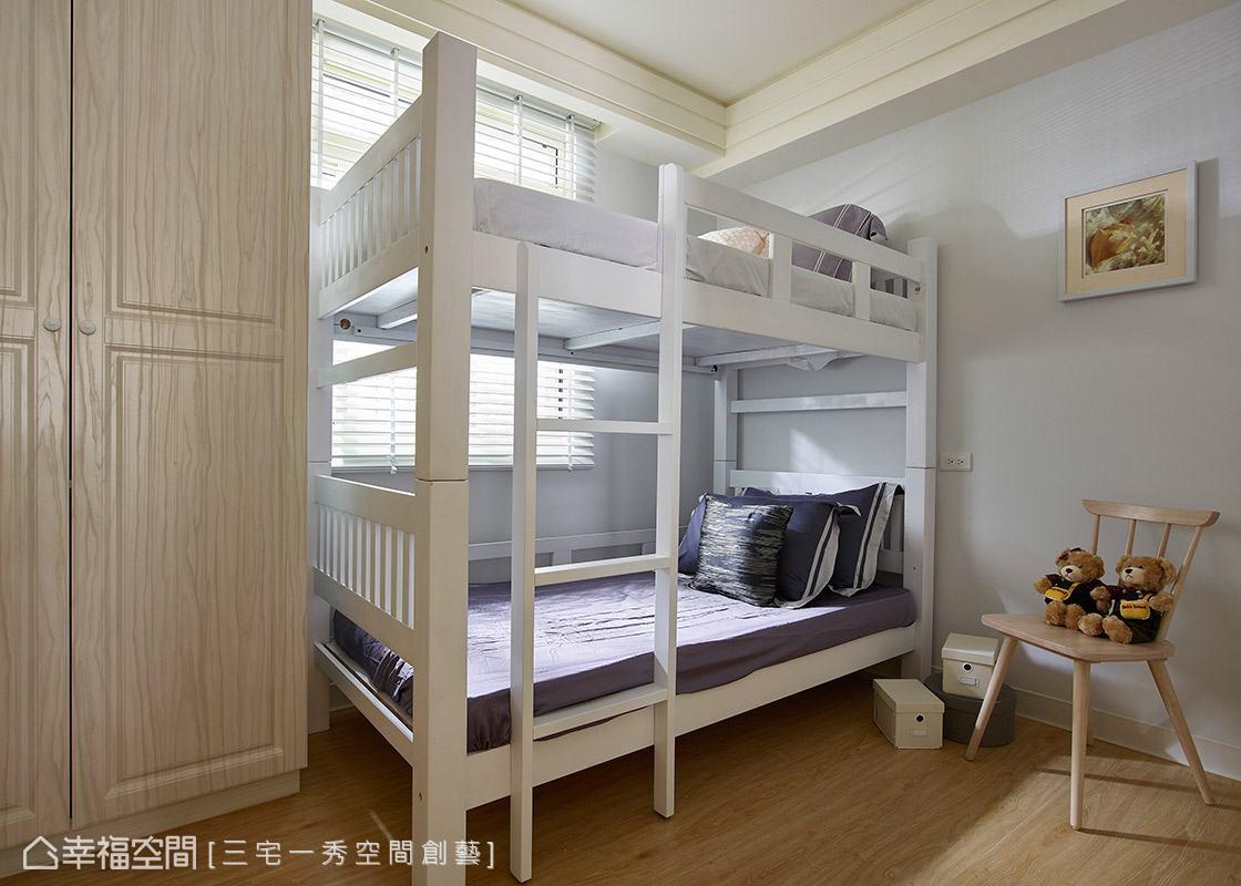 期待新生命的到來,預先規劃一間小孩房,壁面以淡藍色鋪陳,營造溫馨宜人的情境。