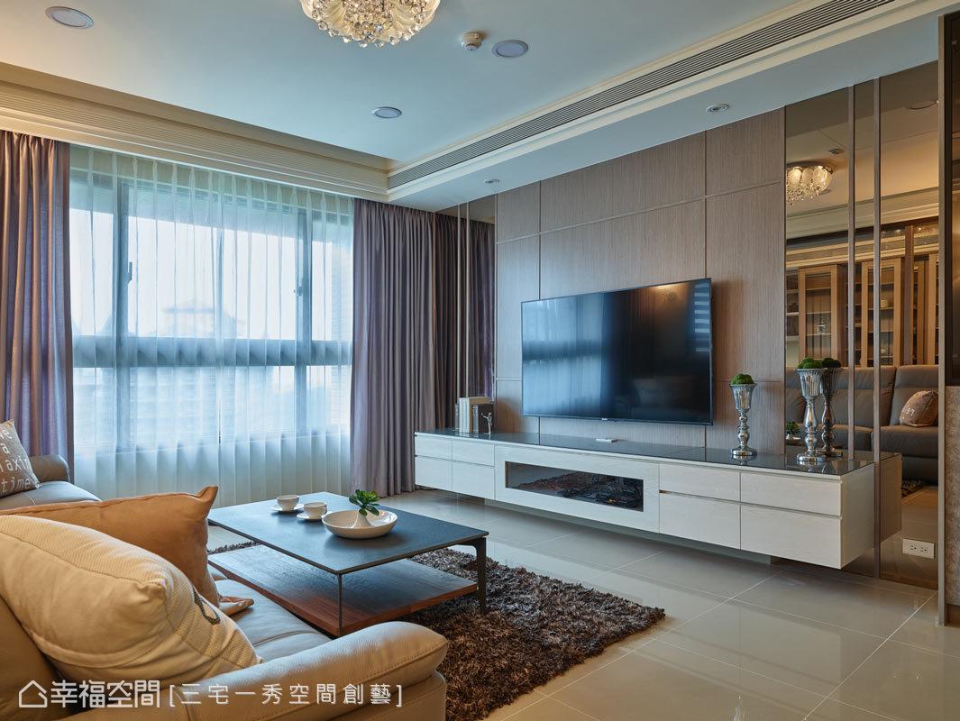 電視牆用的是茶鏡,側邊設有展示櫃,讓屋主可以展示自己的收藏品,下方懸空的電視機櫃則增加層次與立體感。