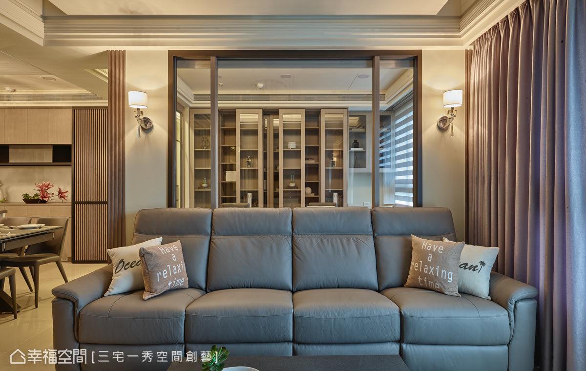 為喜愛閱讀的男女屋主規劃一間書房,利用玻璃的輕盈穿透特性,讓空間毫無壓迫感,內部並配置有捲簾,當客房使用也能保有隱私。