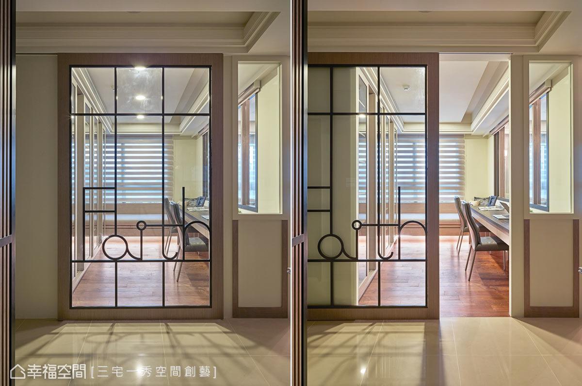 設計師郁琇琇為屋主客製門上的文字,加上屋主兒子是建築專業,也會畫圖設計,所以有些圖騰是他的創意,讓屋主參與到設計當中,覺得特別有意義。